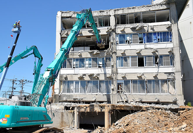 Kobelco SK500D LC Excavator retrieves important documents from Quake Shattered City Hall in Japan
