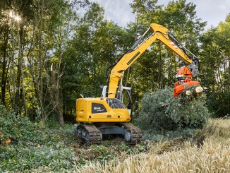 The Liebherr R 914 Compact crawler excavator in use with the Woodcracker CS580 grapple saw