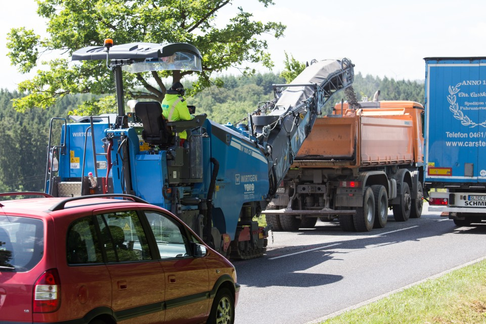 WIRTGEN W 100 CFi compact milling machine rehabilitates the federal highway in Germany