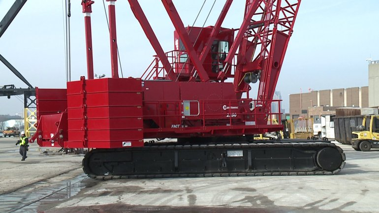 New Manitowoc 2250 300-ton crawler crane makes first heavy lift at Port of Milwaukee