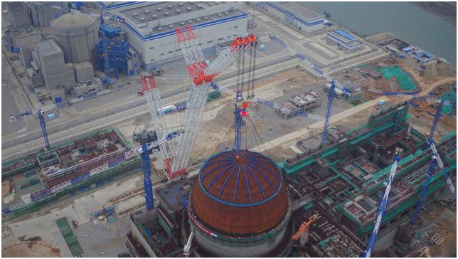 A Zoomlion 3200-ton crawler crane lowers the dome of a nuclear reactor in China