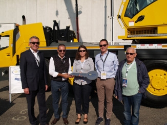 Baldini Group celebrated the purchase and imminent delivery of a Grove GMK4100L-1 crane at the GIS 2017 tradeshow in Piacenza, Italy. The well-established rental company, based in Northeast Italy, purchased the 100 t all-terrain crane at the event, and it is scheduled for delivery in November.