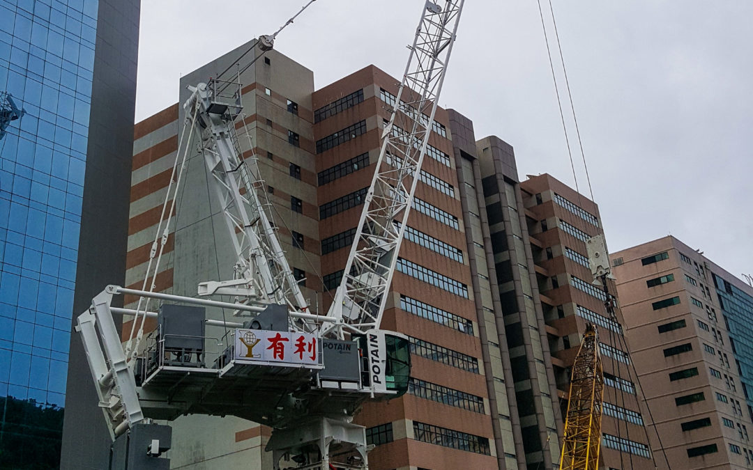 Yau Lee erects a Potain MR 618 luffing jib tower crane to build in Hong Kong
